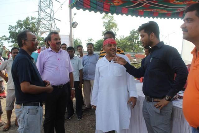 नदी को स्वच्छ रखने के प्रयास का समर्थन करने पर पुजा कमेटी प्रतिनिधियों की सराहना करते ढालभूम के अनुमंडल पदाधिकारी सूरज कुमार