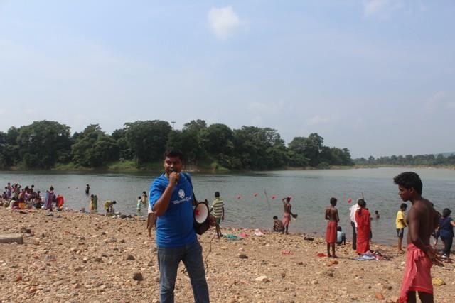 नदी में पूजन सामग्री प्रवाहित नहीं करने की अपील करते प्रतिनधि